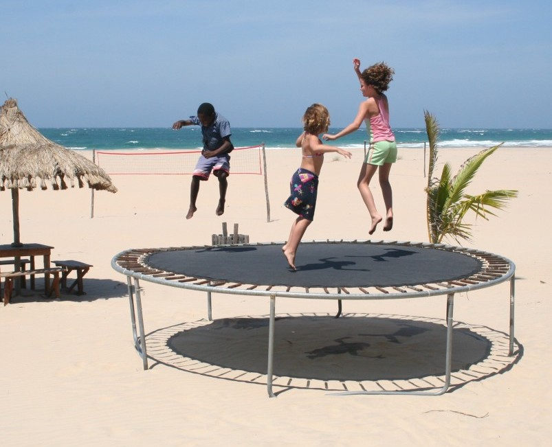 trampoline_children_playing_infant_kids_jumping_fun_beach-1111937.jpg!d